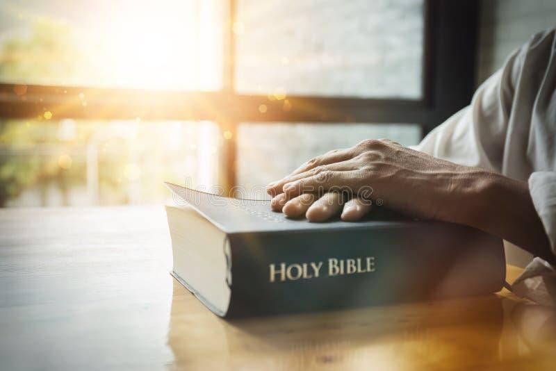 Hombre de negocios asiático que sostiene el libro de la biblia fotos de archivo libres de regalías