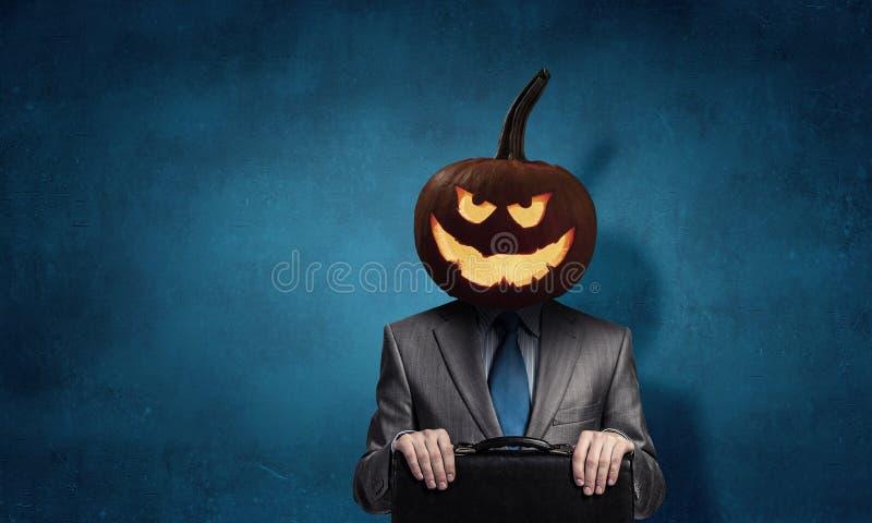 Hombre de negocios asustadizo con la cabeza de la calabaza imagen de archivo libre de regalías