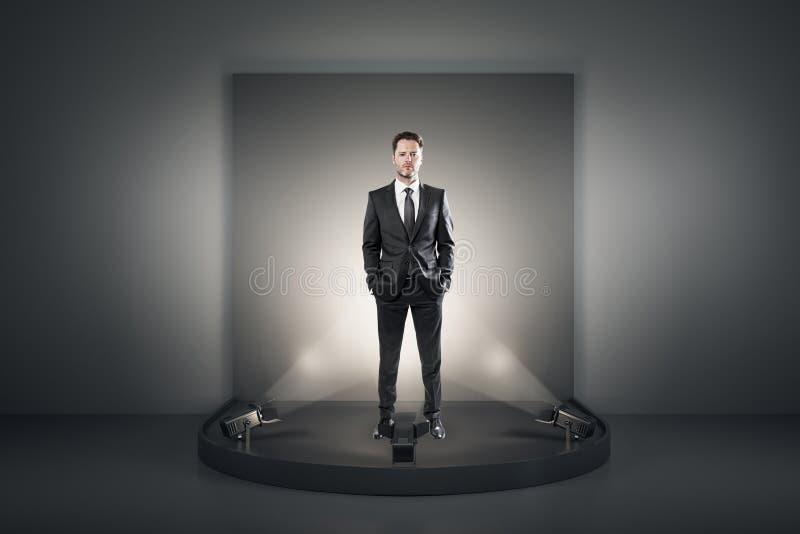 Hombre de negocios atractivo en el podio fotografía de archivo libre de regalías