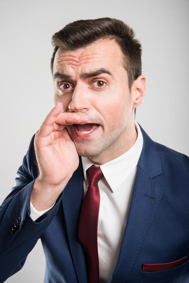 Hombre de negocios atractivo que lleva a cabo la mano y que grita fotos de archivo libres de regalías