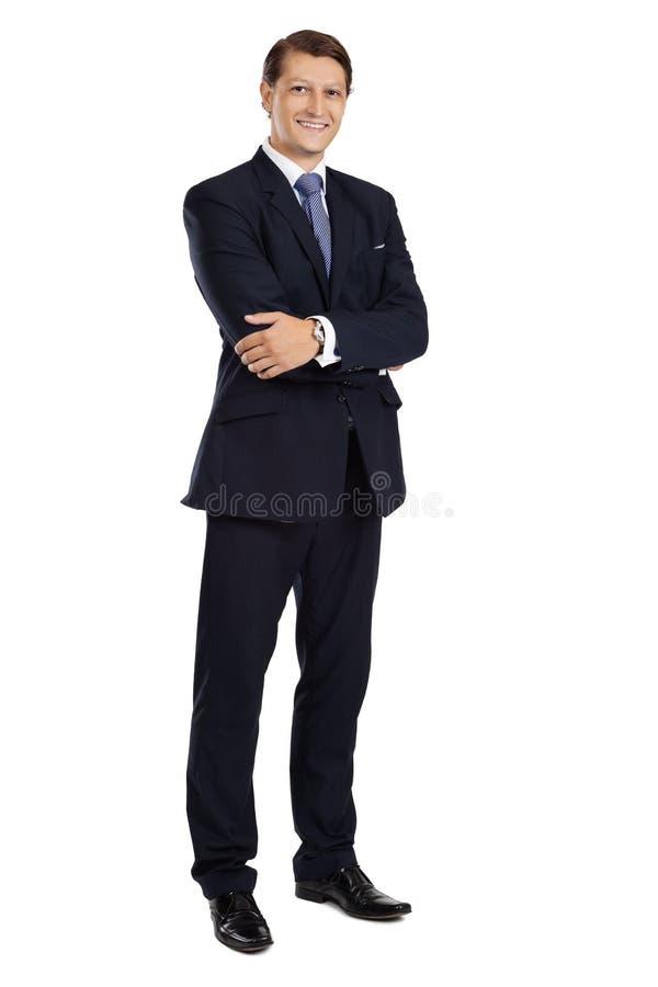 Hombre de negocios atractivo que se coloca con los brazos cruzados imágenes de archivo libres de regalías