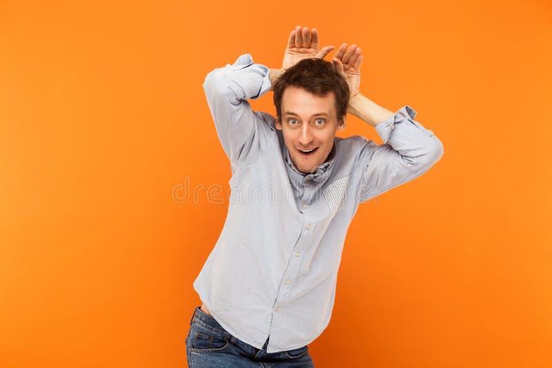 Hombre de negocios atractivo, ser conejito y tener una mirada divertida fotografía de archivo libre de regalías