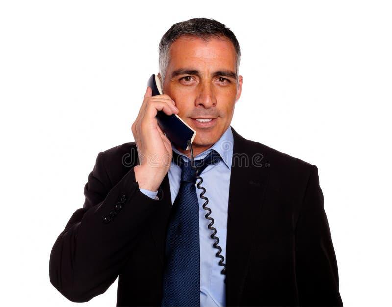 Hombre de negocios atractivo y magnífico con un teléfono imagenes de archivo