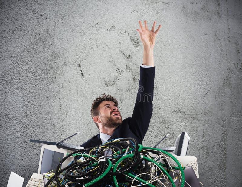 Hombre de negocios atrapado por los cables concepto de tensión y de trabajo excesivo imagen de archivo libre de regalías