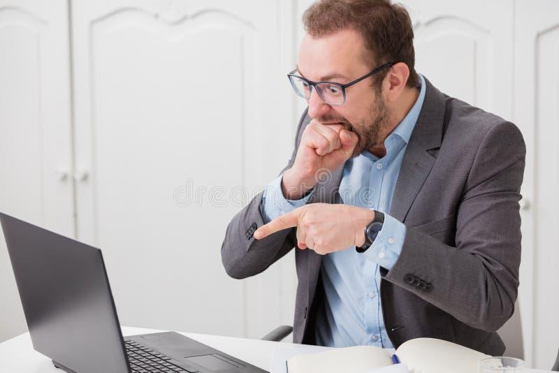 Hombre de negocios bajo tensión después de realizado que él incurrió en una equivocación foto de archivo