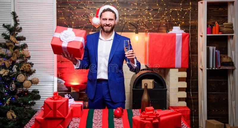 Hombre de negocios barbudo del hombre celebrar Año Nuevo con el vidrio de la caja del champán y de regalo Feliz Año Nuevo y Feliz imagen de archivo
