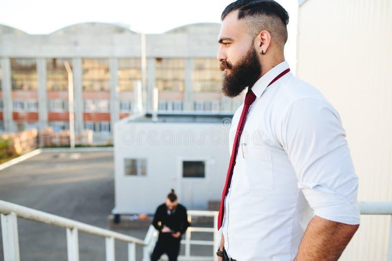 Hombre de negocios barbudo dos que mira algo fotos de archivo
