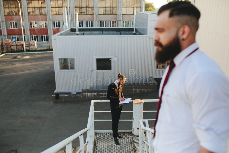 Hombre de negocios barbudo dos que mira algo fotografía de archivo