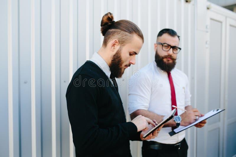 Hombre de negocios barbudo dos que mira algo foto de archivo