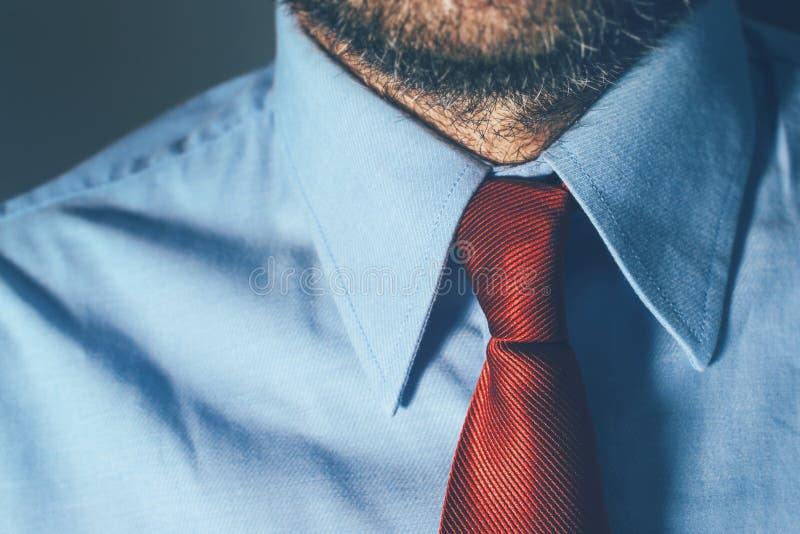 Hombre de negocios barbudo en camisa azul y corbata roja imagen de archivo libre de regalías