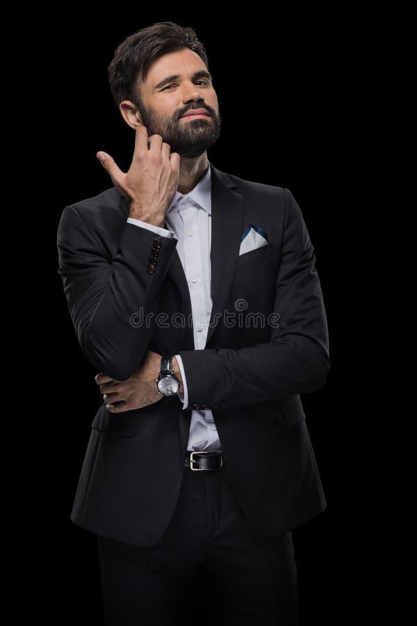 Hombre de negocios barbudo hermoso en corbata de lazo y traje negro fotografía de archivo libre de regalías
