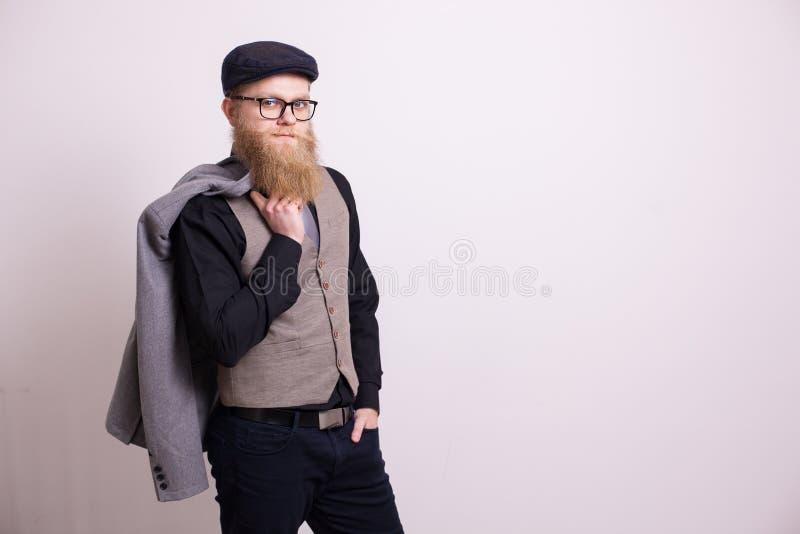 Hombre de negocios barbudo hermoso vestido en traje sobre el fondo blanco foto de archivo