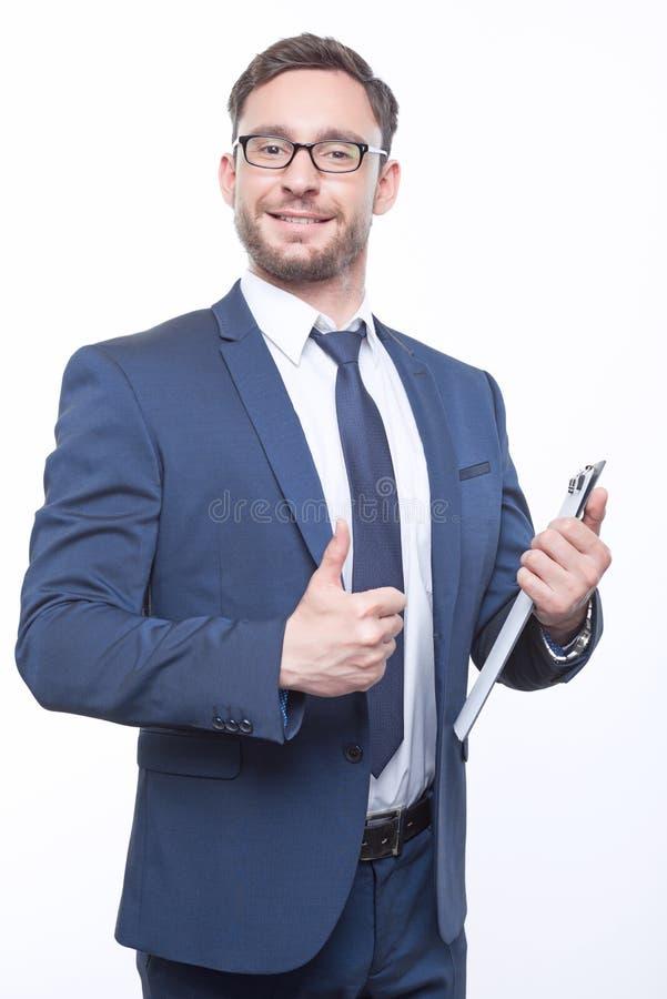 Hombre de negocios barbudo joven en el fondo blanco imagen de archivo