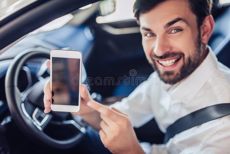 hombre de negocios barbudo que se sienta en el coche imagen de archivo