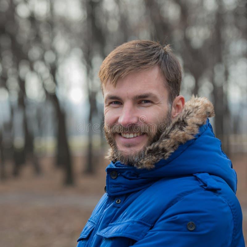 Hombre de negocios barbudo sonriente Hombre barbudo outdoor imagenes de archivo