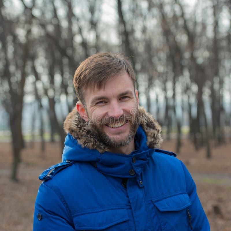 Hombre de negocios barbudo sonriente outdoor foto de archivo