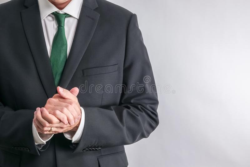 Hombre de negocios bien vestido en la camisa blanca y el traje negro fotos de archivo libres de regalías