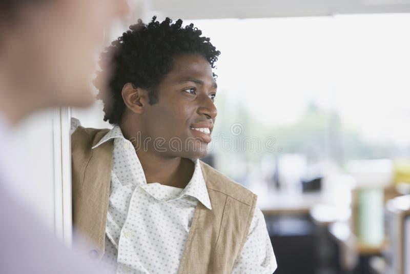 Hombre de negocios With Blurred Colleague que mira lejos fotografía de archivo libre de regalías