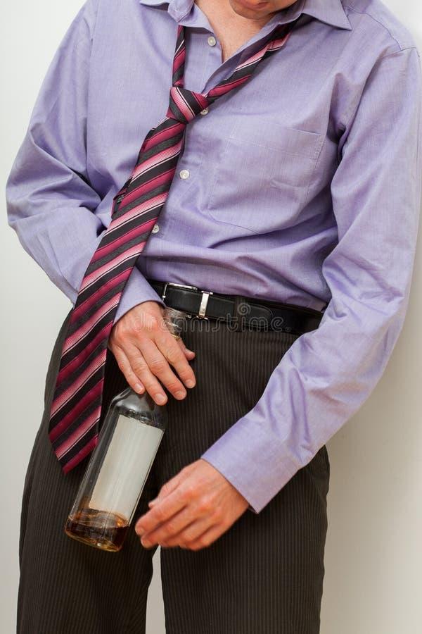 Hombre de negocios borracho con el whisky imagen de archivo libre de regalías