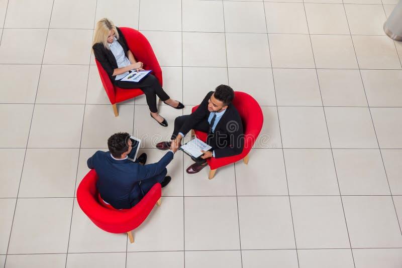 Hombre de negocios Boss Hand Shake, opinión de Sit In Chair Top Angle de los empresarios, hombre de negocios Handshake Sign Up imagen de archivo libre de regalías