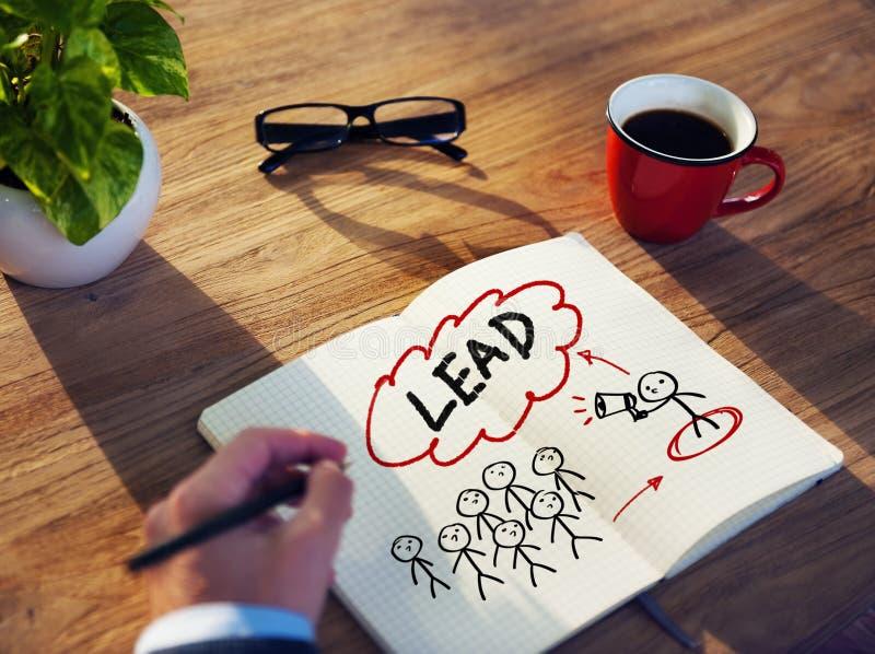 Hombre de negocios Brainstorming About Leadership en oficina fotos de archivo