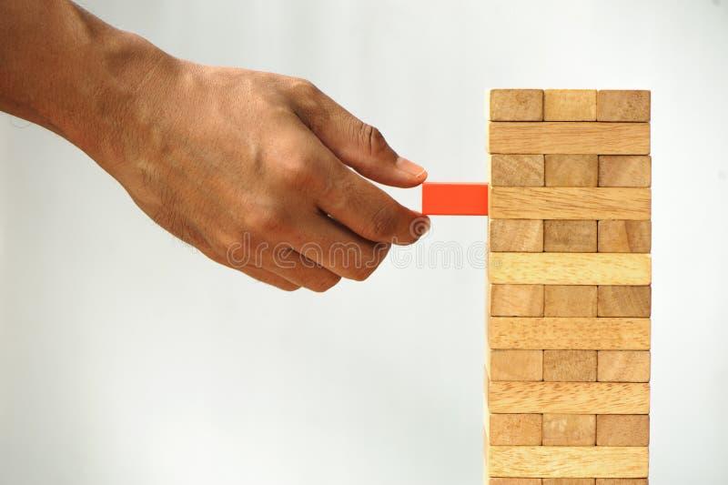 Hombre de negocios Building Up Tower, desafío en concepto del negocio imagen de archivo libre de regalías