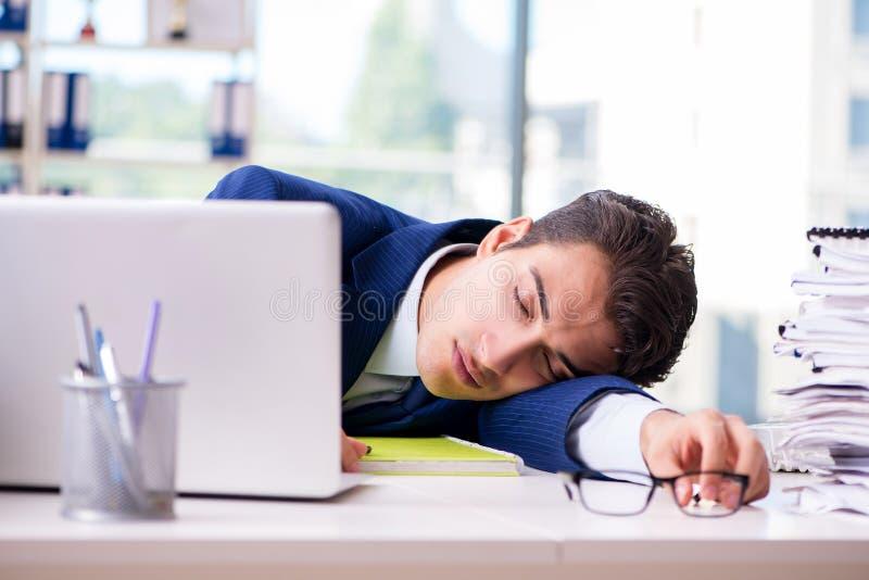 Hombre de negocios cansado agotado después de trabajo duro y de worklo excesivo fotos de archivo libres de regalías