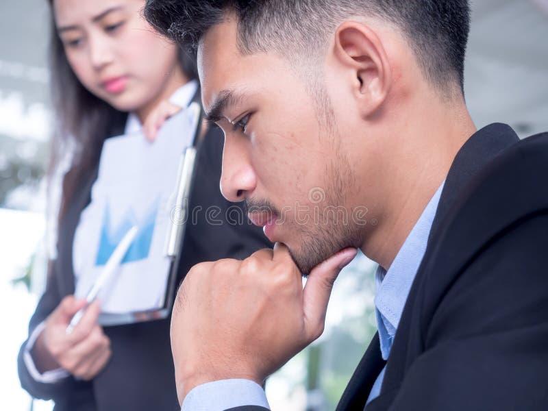 Hombre de negocios cansado en el escritorio con el ordenador port?til que busca salida de la situaci?n dif?cil Hombre frustrado s fotografía de archivo