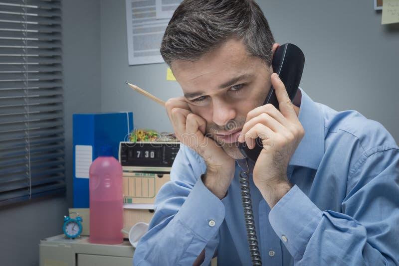 Hombre de negocios cansado en el teléfono fotografía de archivo