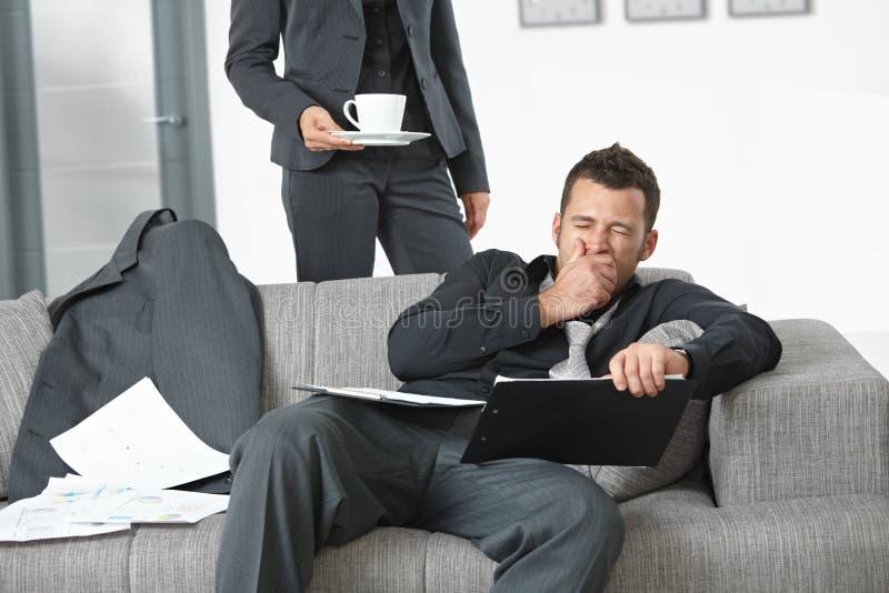 Hombre de negocios cansado en la oficina imagen de archivo