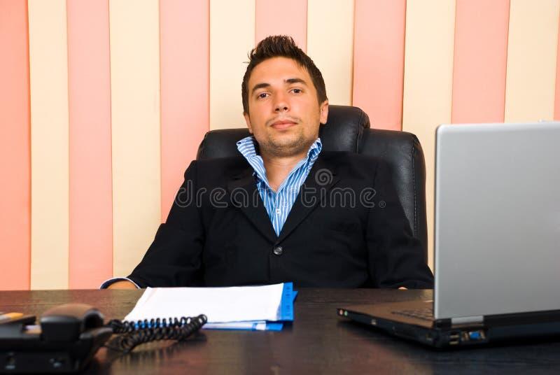 Hombre de negocios cansado en oficina imagenes de archivo
