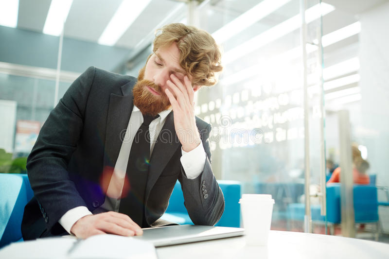 Hombre de negocios cansado Finishing Work en oficina imágenes de archivo libres de regalías