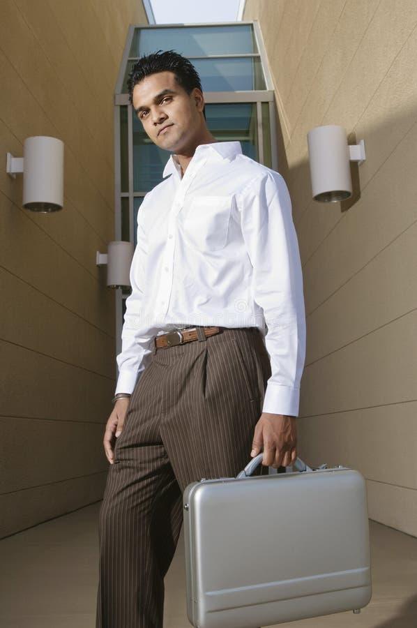 Hombre de negocios Carrying Suitcase imagen de archivo libre de regalías