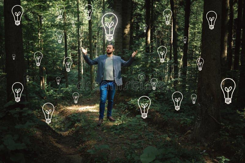 Hombre de negocios casual en naturaleza Ideas e innovación del negocio Identificación fotografía de archivo libre de regalías