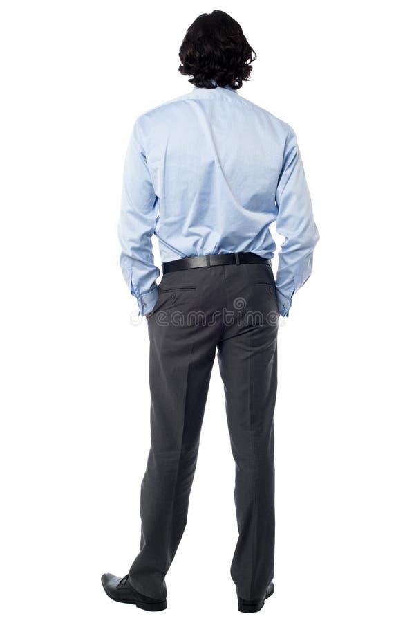 Hombre de negocios casual que hace frente a la pared imágenes de archivo libres de regalías