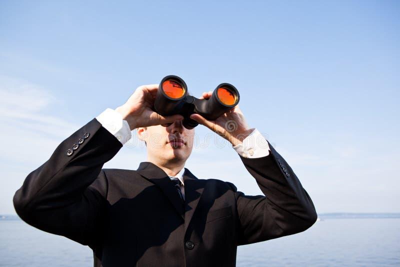 Hombre de negocios caucásico con los prismáticos fotos de archivo