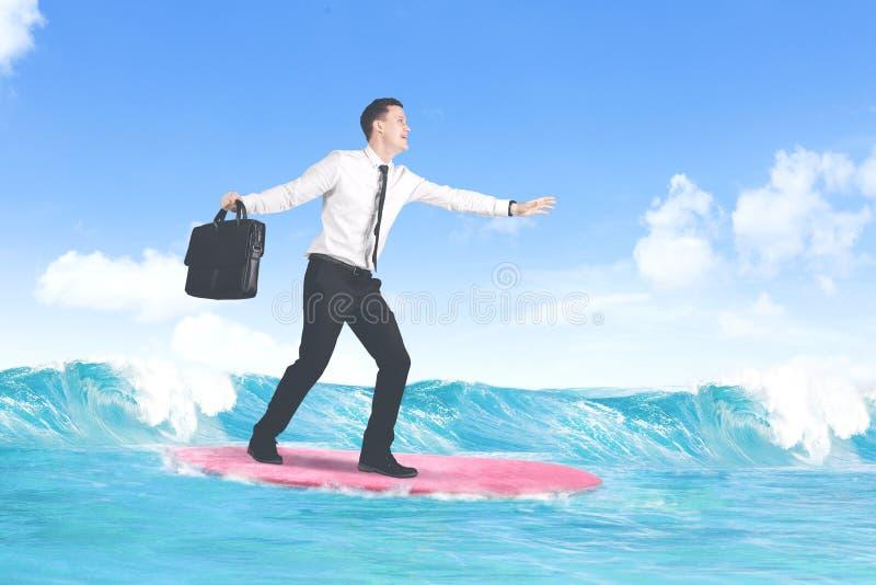 Hombre de negocios caucásico despreocupado que practica surf foto de archivo libre de regalías