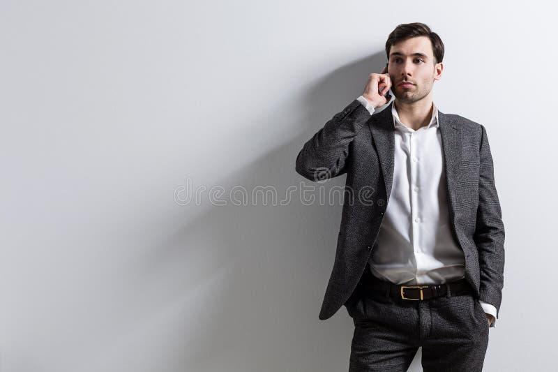 Hombre de negocios caucásico en el teléfono foto de archivo libre de regalías