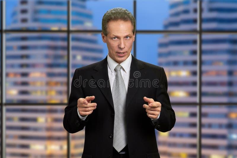 Hombre de negocios caucásico que da la motivación fotografía de archivo libre de regalías
