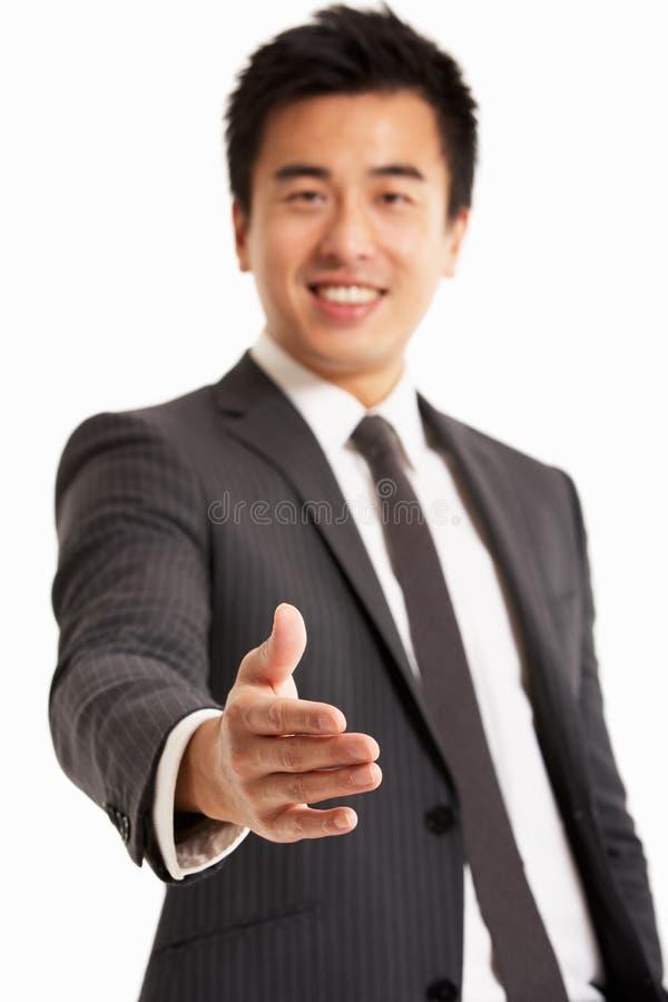 Hombre de negocios chino que alcanza hacia fuera para sacudir a Han fotos de archivo libres de regalías