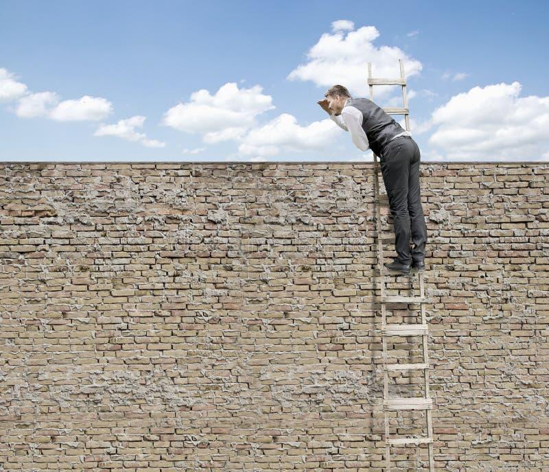 Hombre de negocios Climbing encima de la escalera fotos de archivo