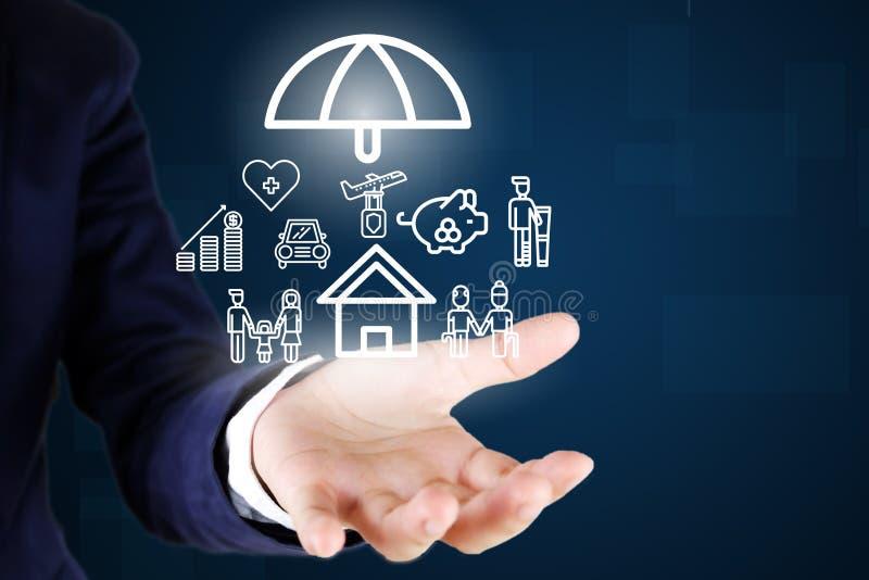 Hombre de negocios Coche de la tenencia, casa, vida, atención sanitaria, familia, icono del seguro del viaje imágenes de archivo libres de regalías