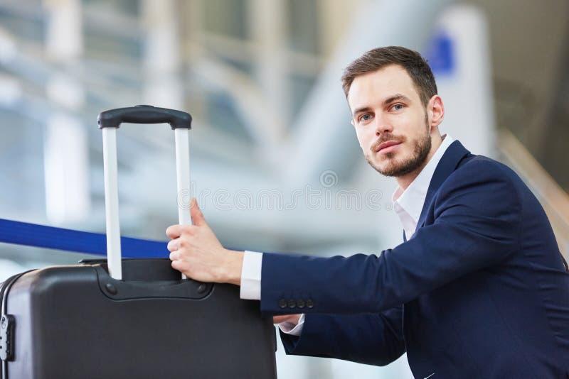 Hombre de negocios como pasajero con la maleta de la carretilla fotos de archivo libres de regalías