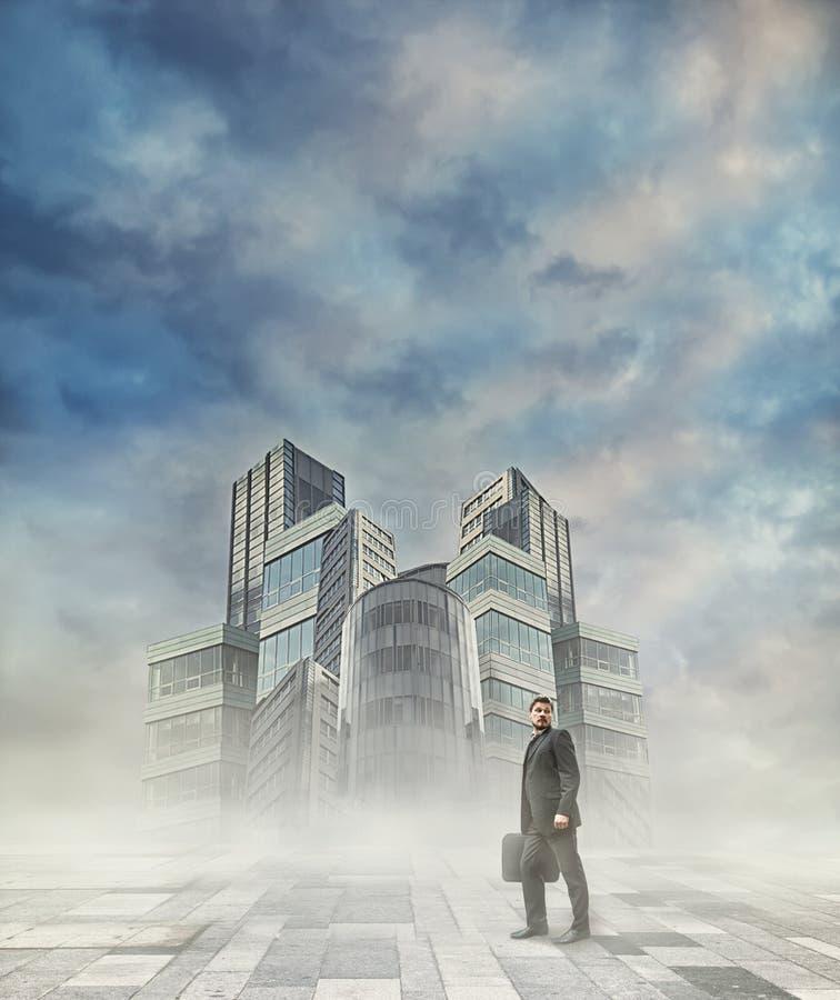 Hombre de negocios con éxito que camina al edificio de oficinas imagen de archivo