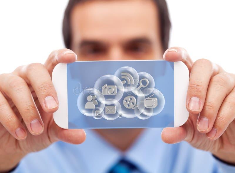Hombre de negocios con aplicaciones de acceso de la nube del artilugio elegante imagenes de archivo