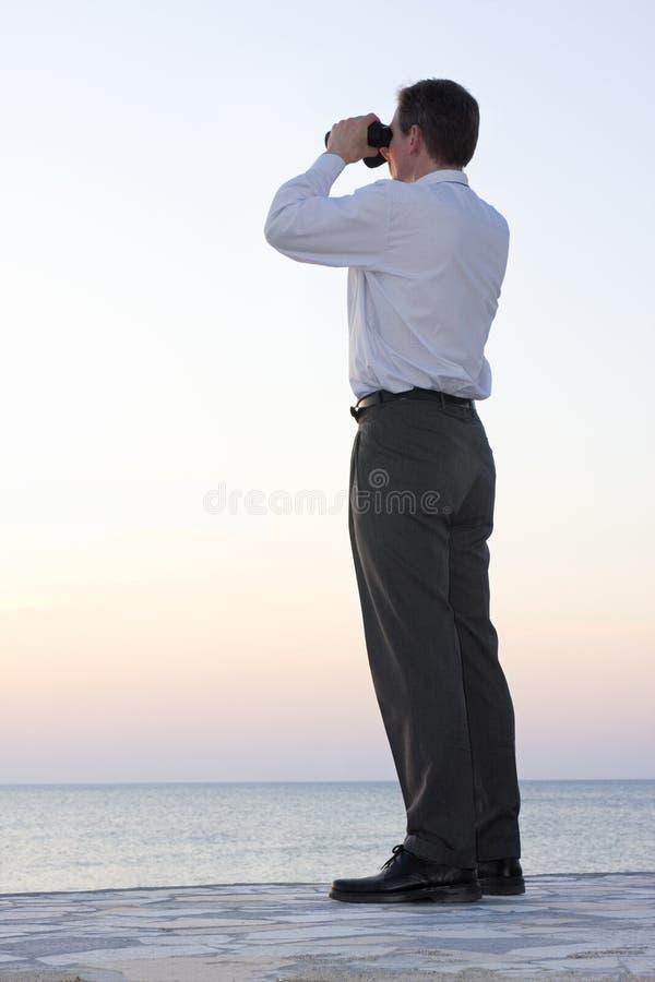 Hombre de negocios con binocular fotos de archivo libres de regalías