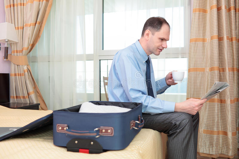 Hombre de negocios con café y el periódico foto de archivo libre de regalías