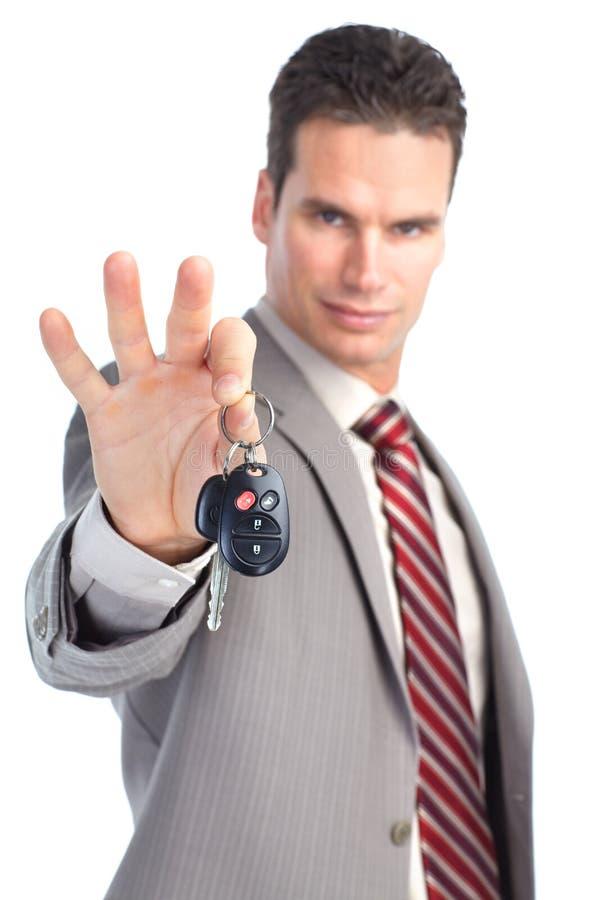 Hombre de negocios con claves del coche imagenes de archivo