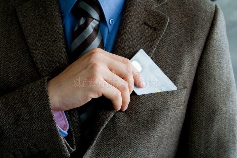 Hombre de negocios con de la tarjeta de crédito imagen de archivo
