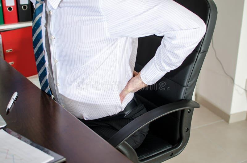Hombre de negocios con dolor de espalda foto de archivo libre de regalías